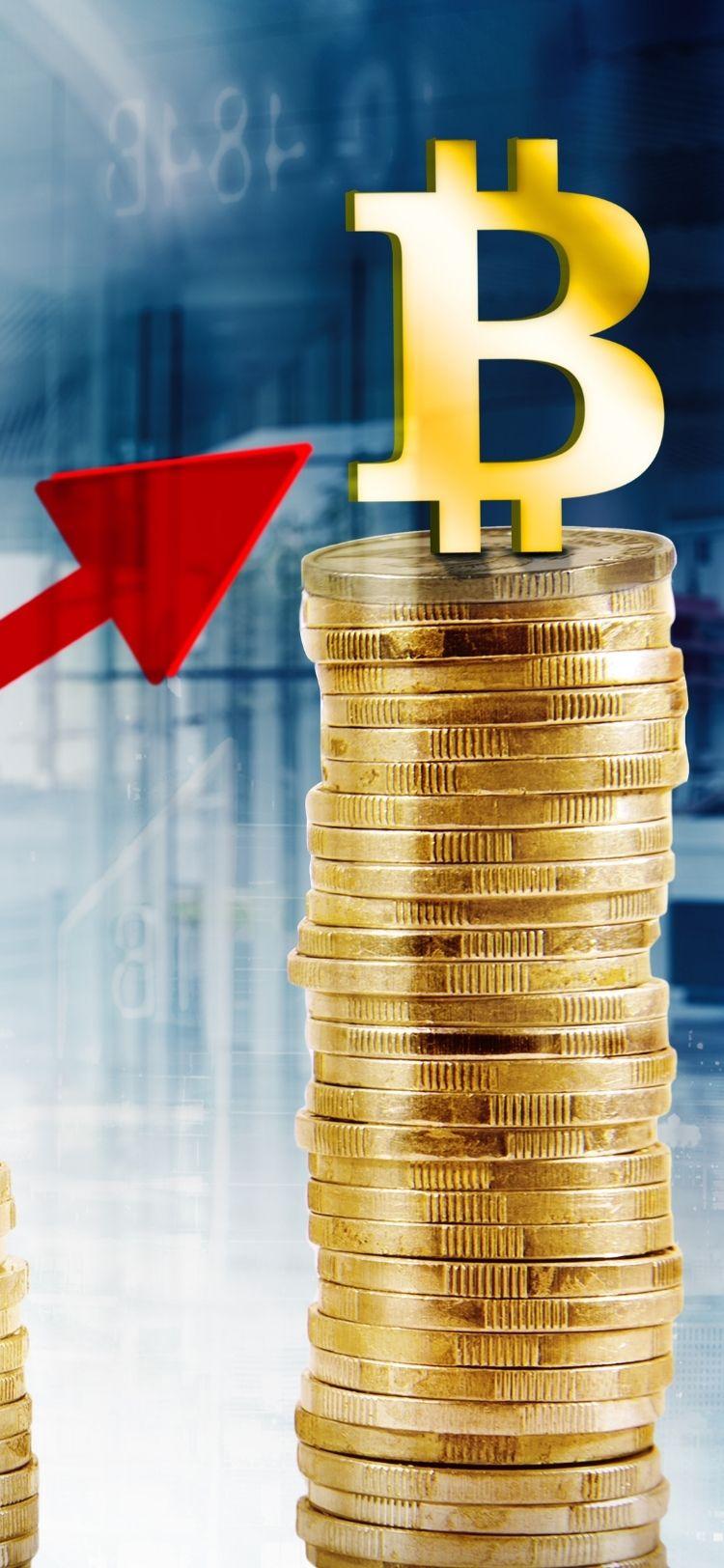érmék egymáson bitcoin emblémával a tetején